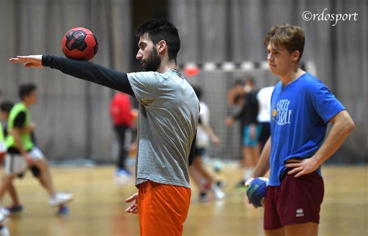 Alessio Francescon gioca con la palla durante un allenamento (©rdosport)