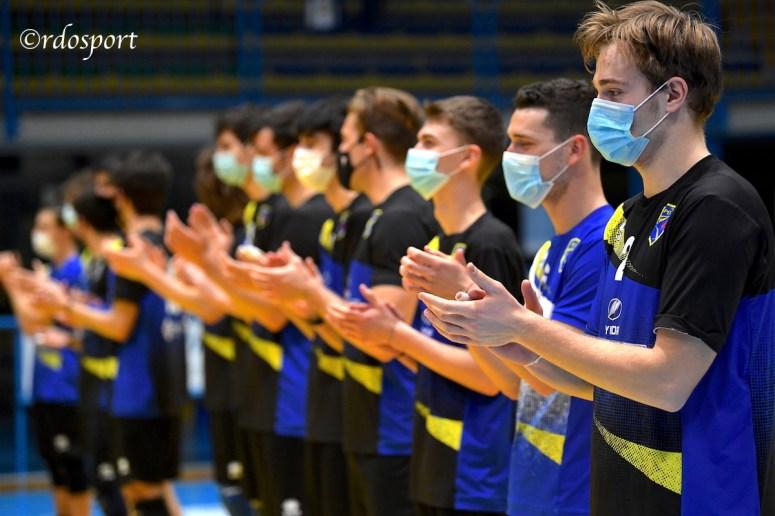 Il saluto con mascherina ad inizio match (©rdosport)
