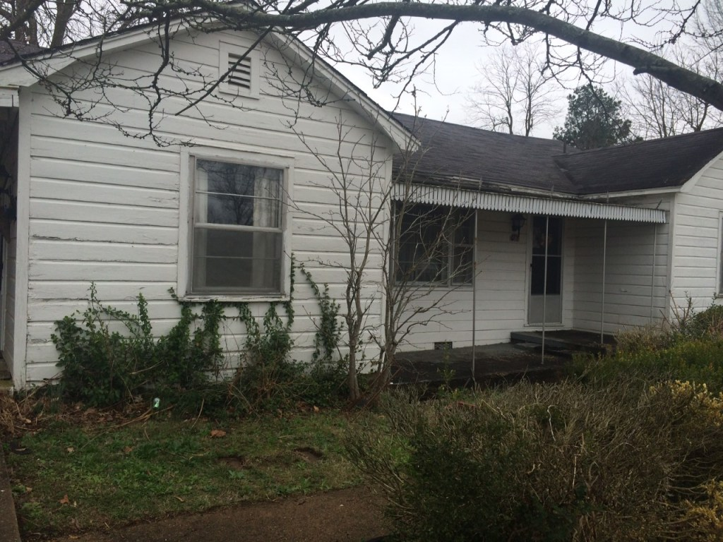 Cottage Charmer fixer upper home - Before picture exterior