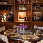 tavolo e scaffali di vino