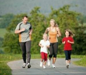 a whole family out running - healthy lifestyle