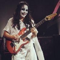 """Le guitariste japonais Mikio Fuijioka avec sa tenue de """"Ko-Gami"""""""