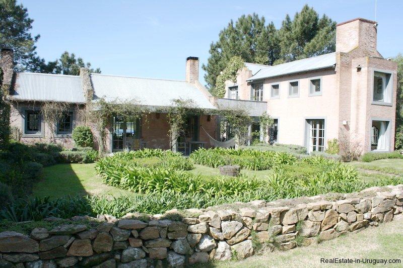 Courtyard-of-Estancia-overlooking-Laguna-Blanca-in-Manantiales