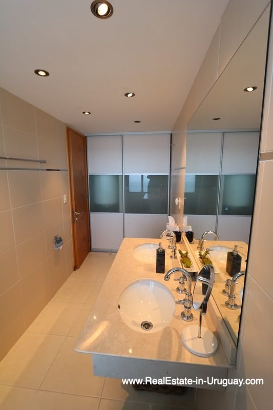 Maste Bathroom of Bright Modern Apartment with Sea Views in Punta del Este