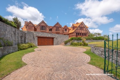 Driveway of Frontline Estate on the Mansa Beach in Punta del Este with incredible Views
