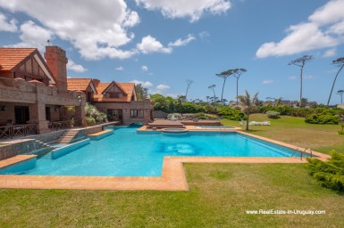 Pool of Frontline Estate on the Mansa Beach in Punta del Este with incredible Views
