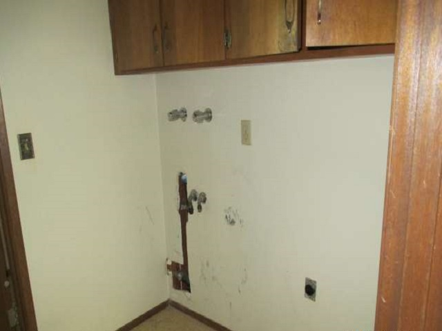 561-644875 – laundry area, missing washer & dryer-640