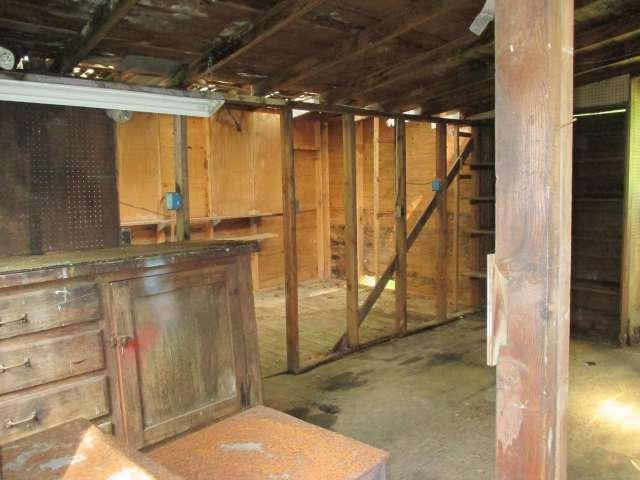 561-814272 – Garage & Workspace 01