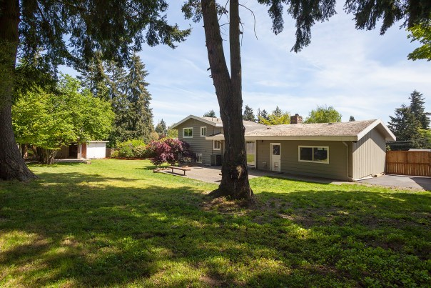 house-back1-2 Laurie Way Announces   Des Moines Multi-Level Home with LARGE Yard!