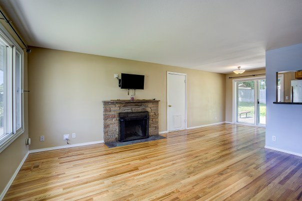 living-dining-2 Laurie Way Announces   Des Moines Multi-Level Home with LARGE Yard!