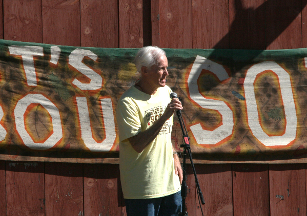 Will Raap speaking to a crowd of organic farmers at a rally in Vermont