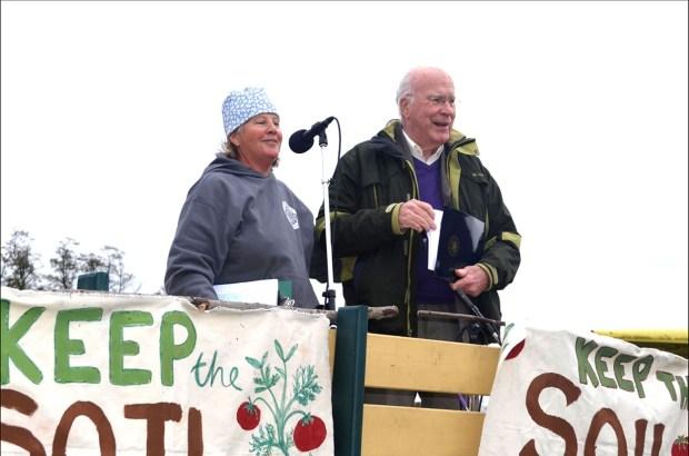 Enid Wonnacott and Senator Patrick Leahy at a Keep the Soil In Organic rally