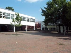 Hof West - Blick auf das Schulgebäude