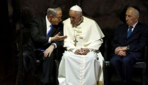 pope-francis-talks-to-rabbi