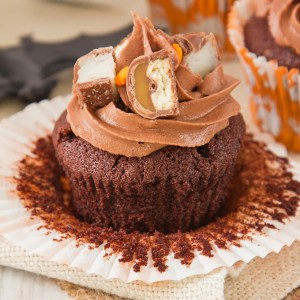Have leftover Halloween sweets? Then make these Candy Bar Cupcakes! With a surprise centre, luscious frosting and candy bar topping, these are a fun and easy way to use that candy up!