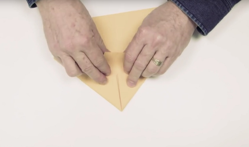 So faltest du in Rekordzeit einen Weltrekord-Papierflieger