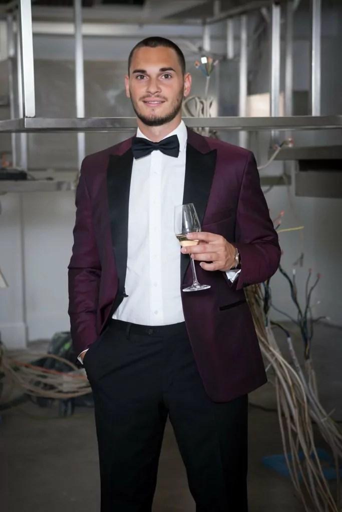 Rebmann Lookbook Sommer 2020 - Bild 09: Smoking mit dunkelrotem Jacket