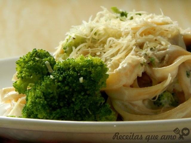 Molho de frango e brócolis