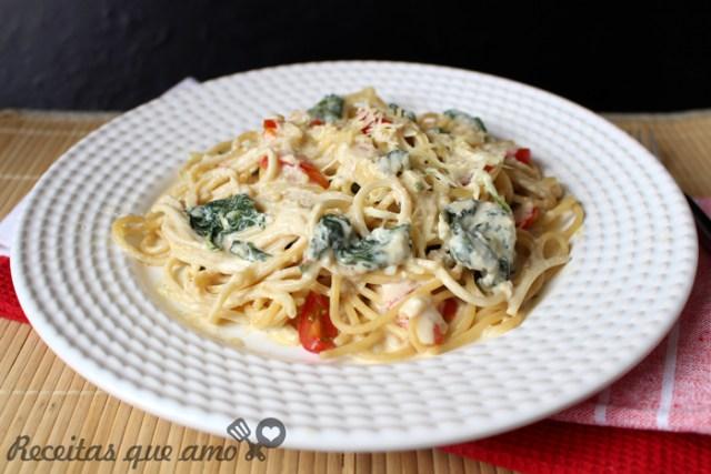 Massa ao molho Alfredo com espinafre e tomate