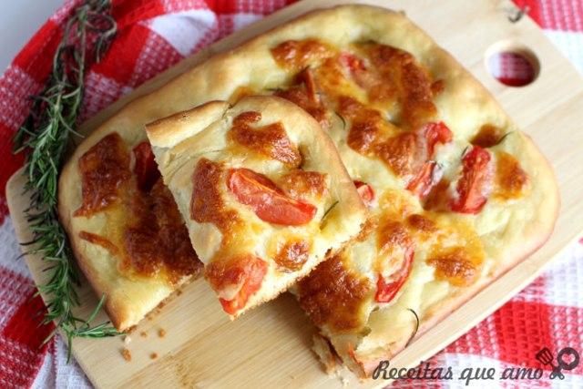 Focaccia caseira com tomate e queijo