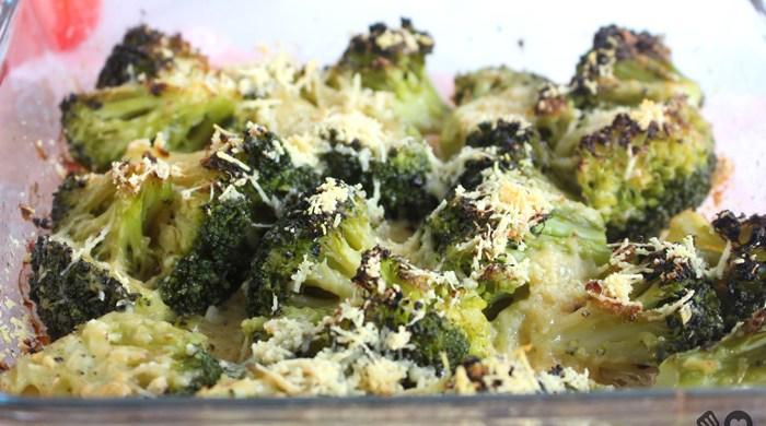 Brócolis assados com alho e parmesão