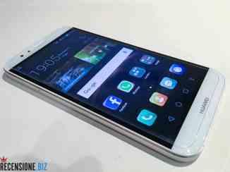 Huawei G8 - tre/quarti con schermo acceso