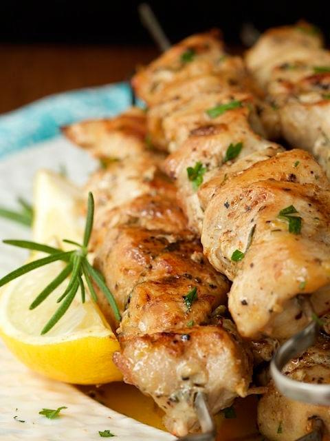 Шашлычок из курицы на веточке розмарина