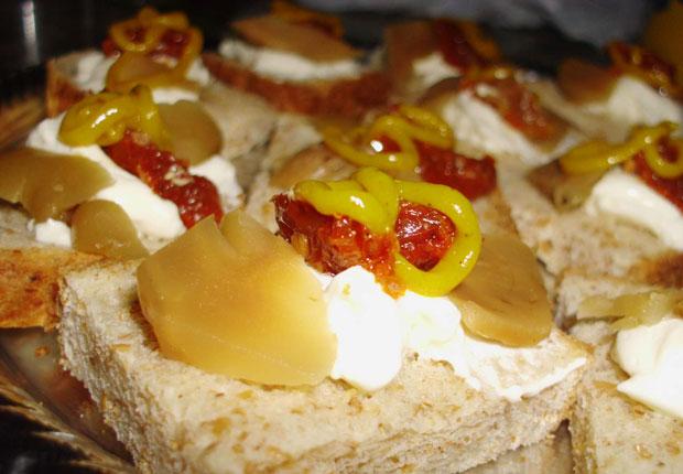 Canapés de Tomates Secos y Queso Crema