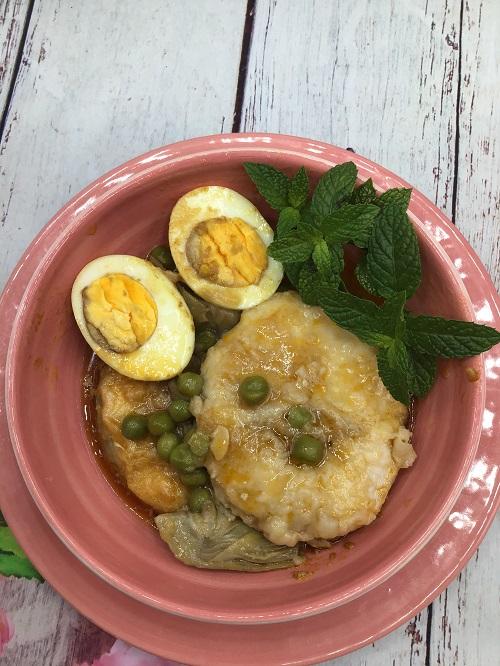 Receta terminada de merluza guisada con huevos y verduras