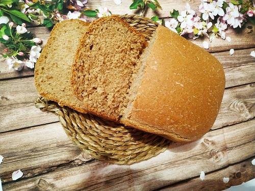 El pan de espelta terminado con dos rebanadas cortadas.