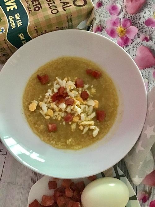 Sopa de verduras con jamón y huevo duro.