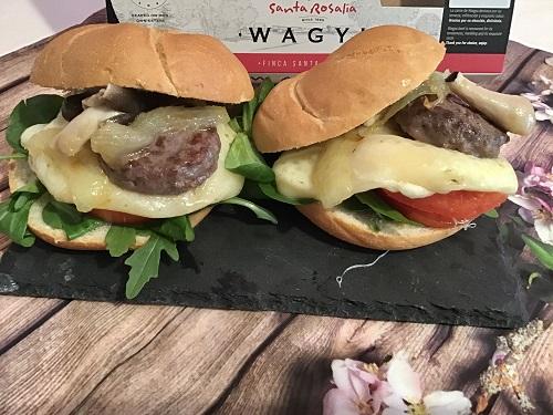""""""" mini hamburguesas de wagyu con pan y los ingredientes de la receta"""