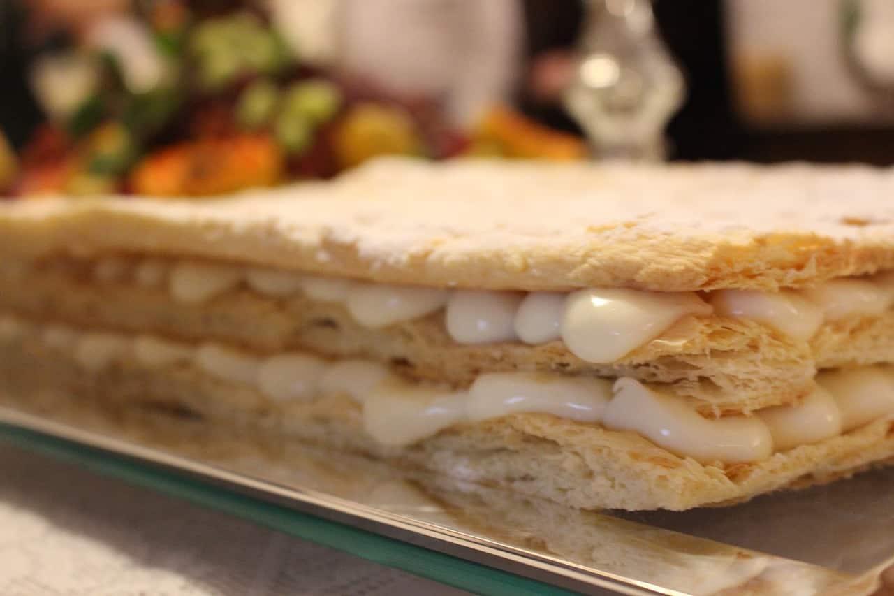Milhojas rellenas de crema diplomática y frambuesas