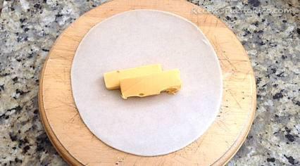 Coloca el queso sobre la plantilla