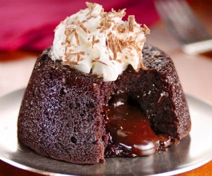Volcn de chocolate con su crema o lava cake  Recetn