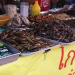 insectes grillés sur étal de marché en Thaïlande