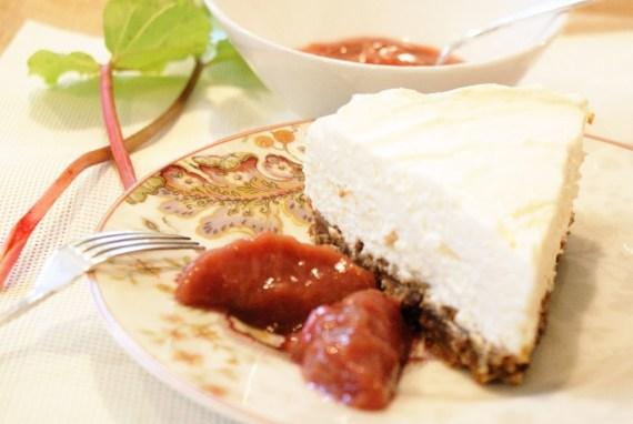 Cheesecake sans cuisson à la compotée de rhubarbe © Recettes d'ici et d'ailleurs