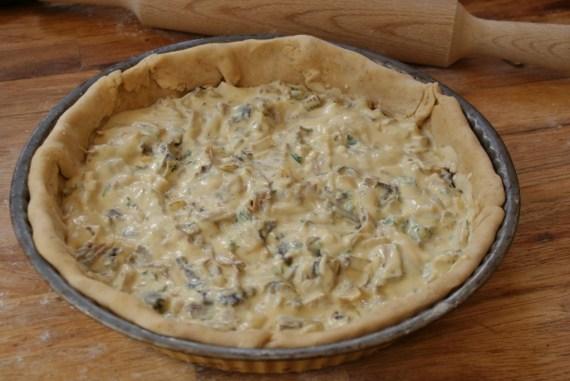 Quiche vegan à base de tofu soyeux avec garniture au tofu fumé, oignon, persil et champignons © Balico & co