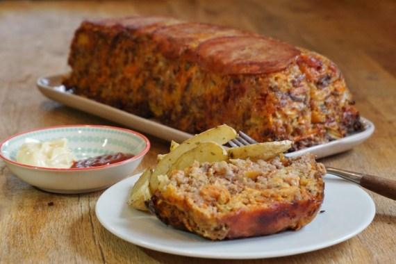 Pain de viande au bacon et aux légumes servi avec ses potatoes maison © Balico and co