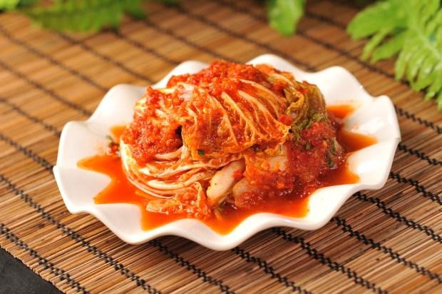 Plato de cocina coreana con salsa de chili