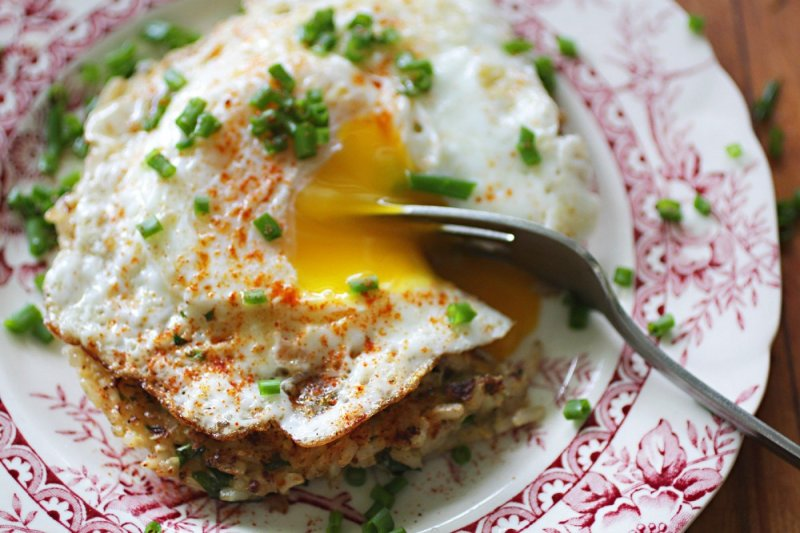 lemon quinoa rice cakes w/ fried egg