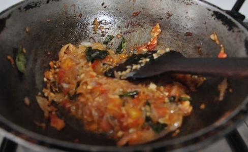 Mash the tomato well