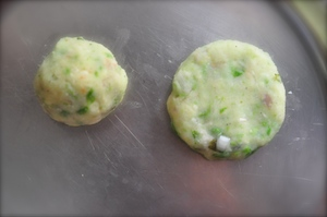 aloo tikki burger - form patties