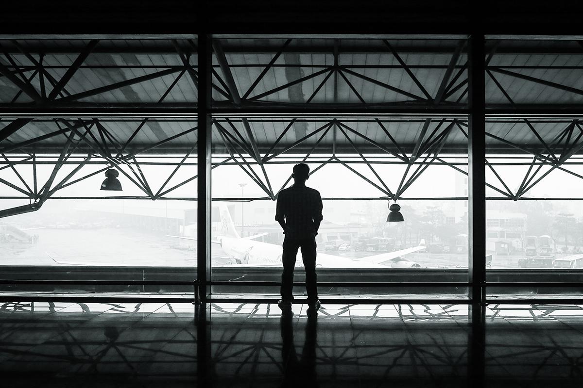 pasajero de air europa esperando por el retraso de su vuelo. foto de reclamador.es, plataforma online de reclamaciones