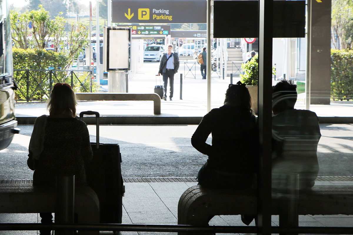 pasajeros de aerolíneas argentinas esperando tras cancelación de vuelo. foto de reclamador.es