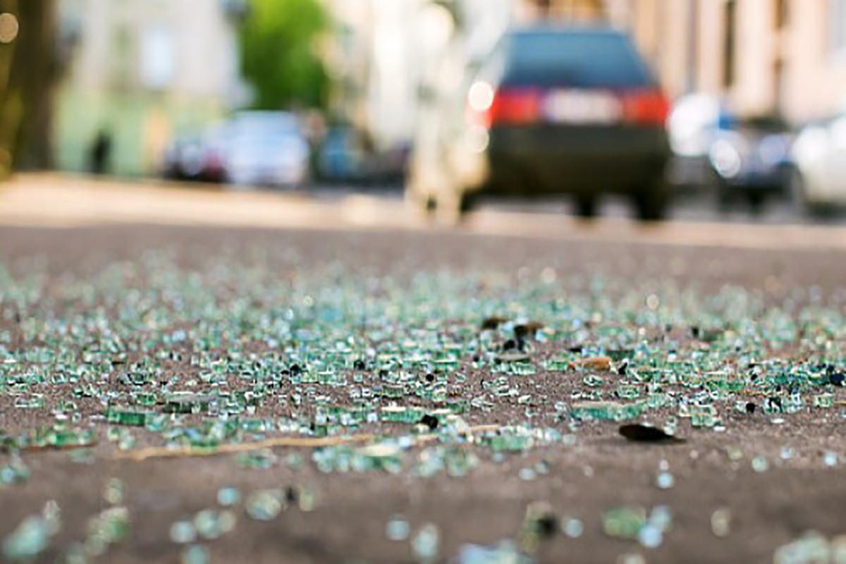 cristales de una moto en asfalto tras un accidente de moto. foto de reclamador.es