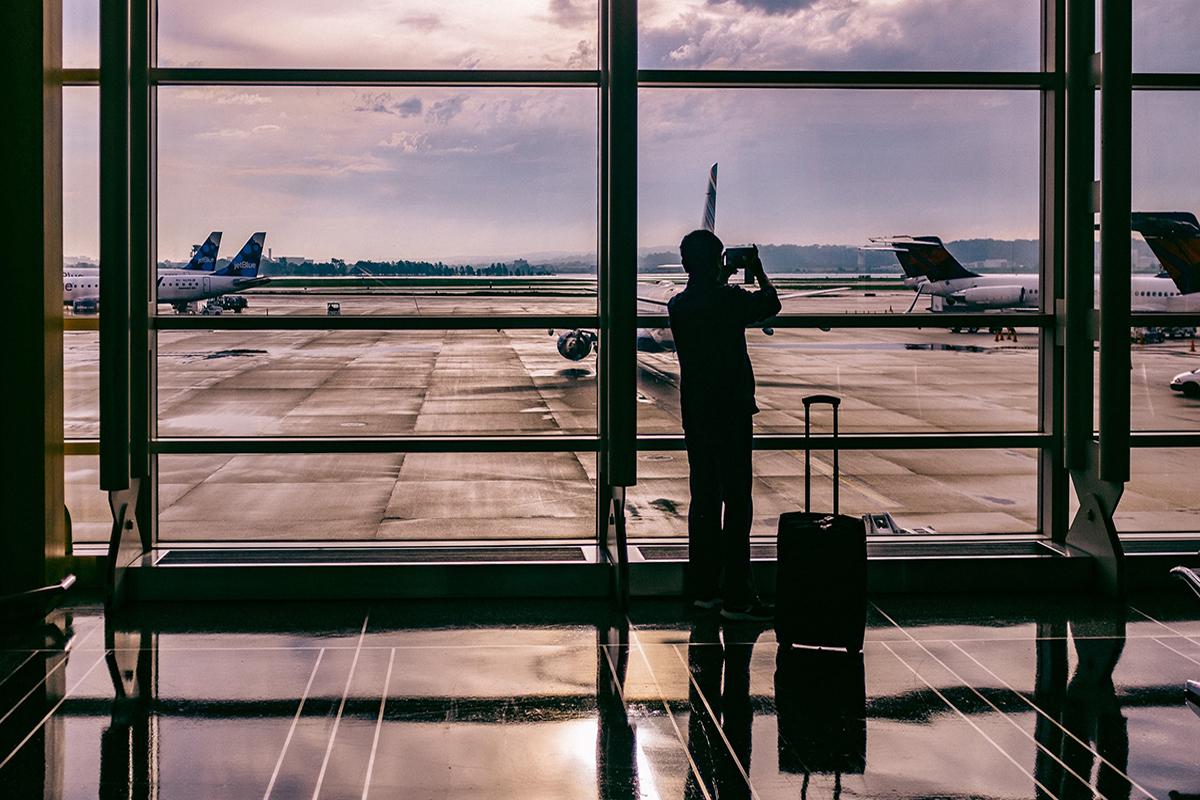 pasajero mirando a la pista por un retraso de vuelo de vueling. foto de reclamador.es