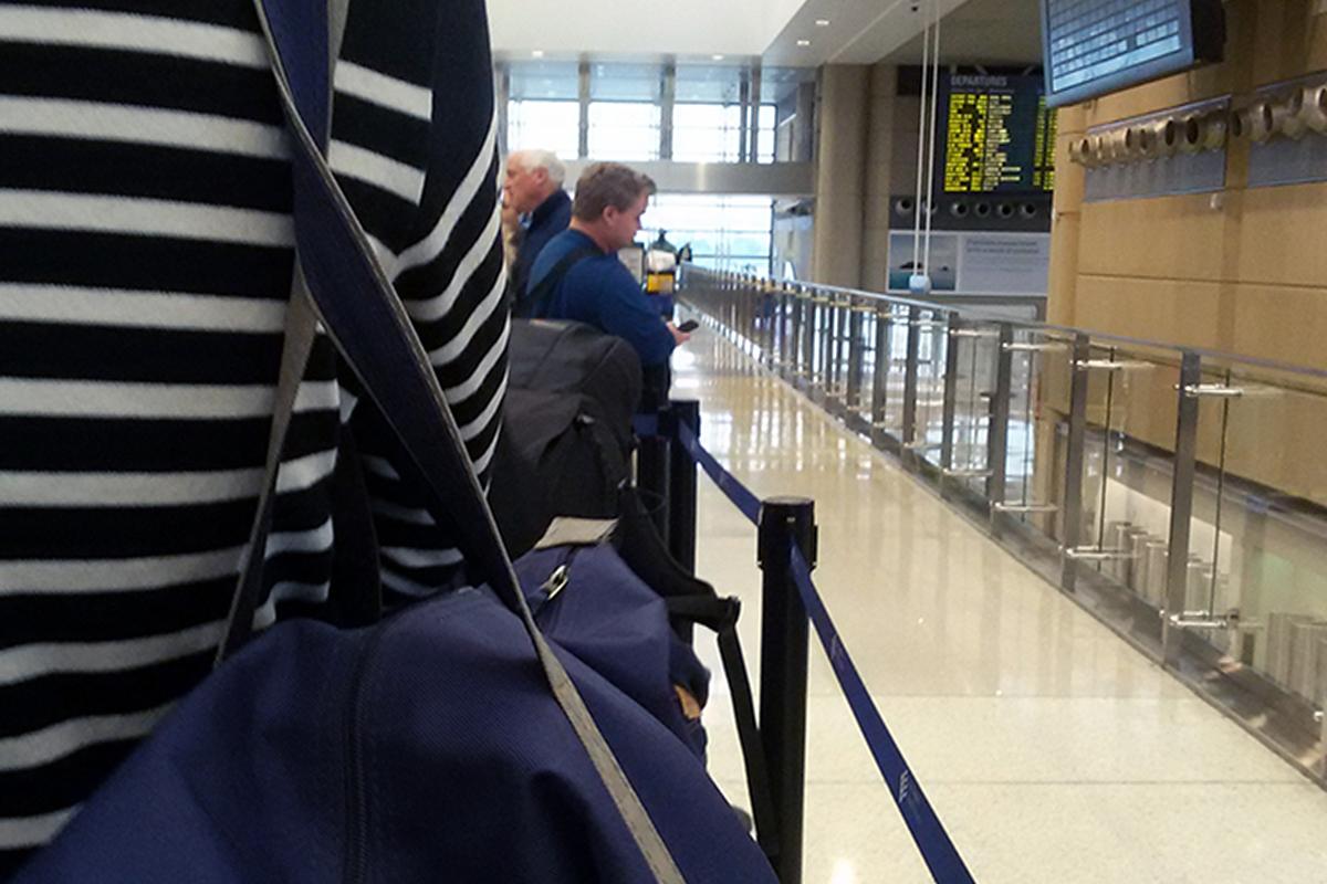 pasajeros esperando en la cola de embarque de un vuelo de vueling por un retraso. foto de reclamador.es