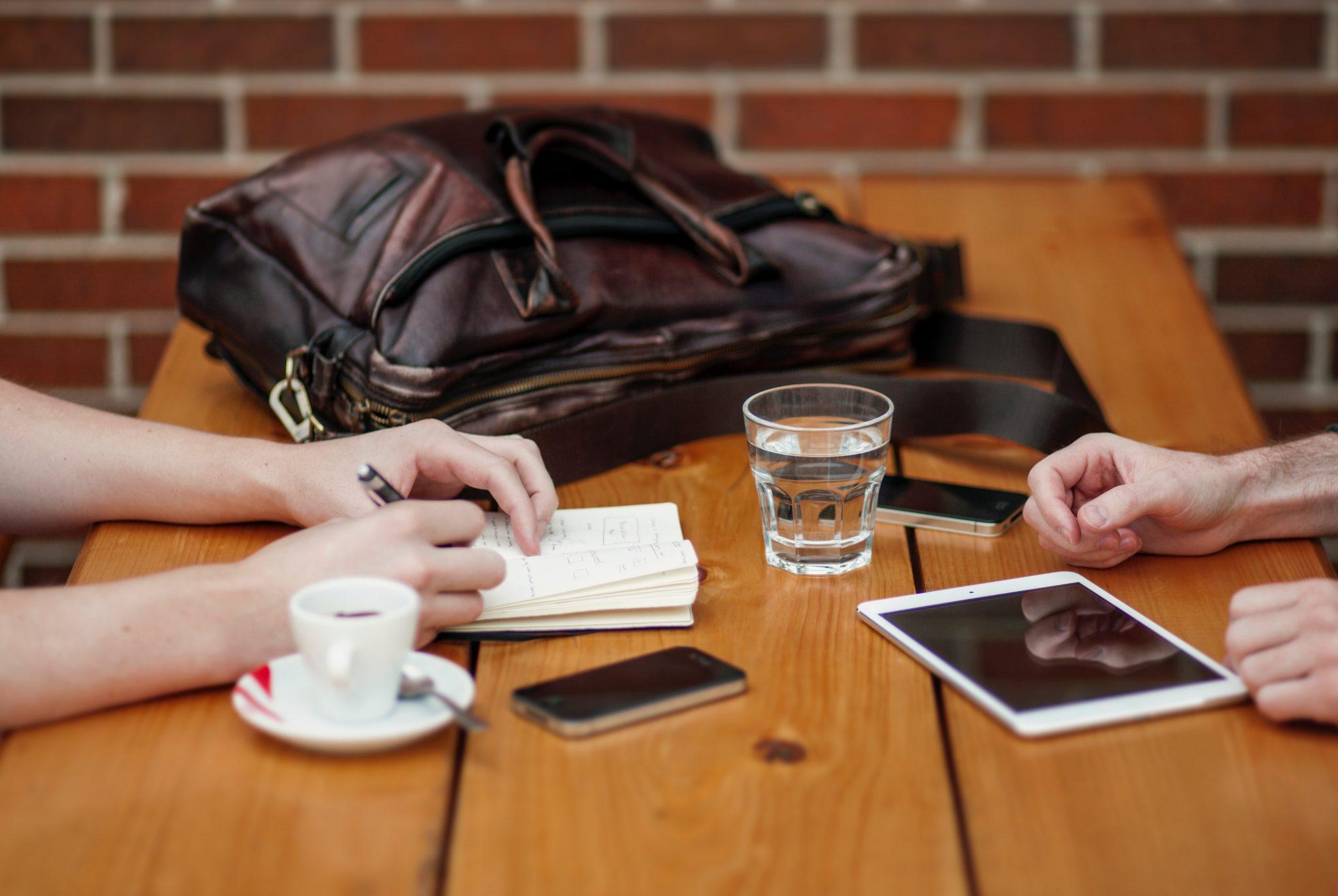 personas que han sufrido un despido nulo toman café. foto de reclamador.es