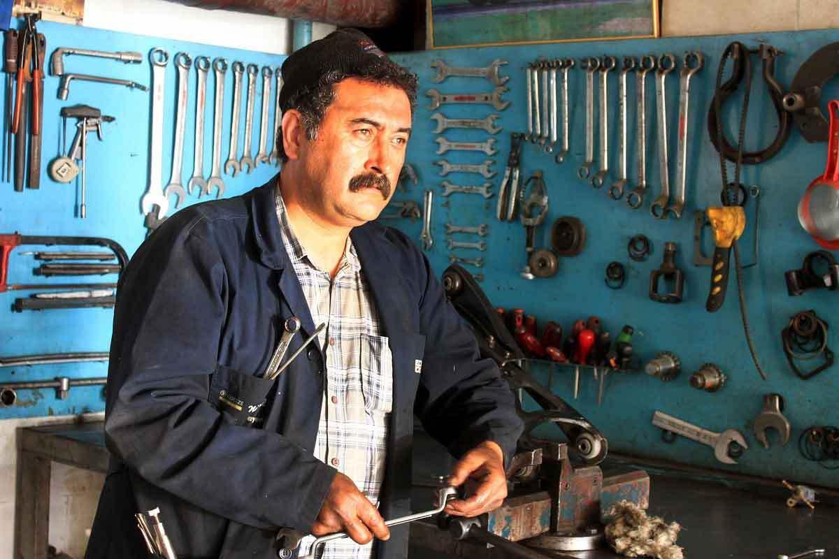 hombre trabajando en un taller que cobra el salario mínimo